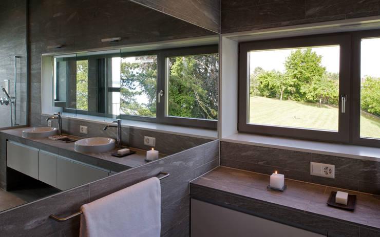 Villa Hubbell Swartz: moderne Badezimmer von MACH Architektur GmbH