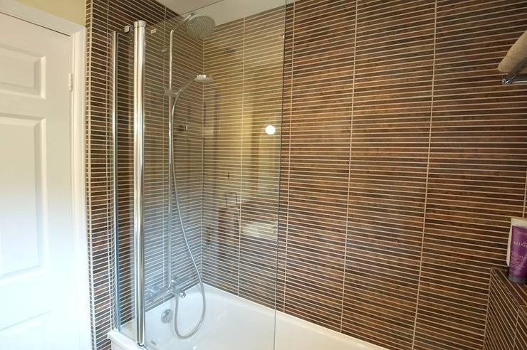 Family bathroom: modern Bathroom by Chameleon Designs Interiors