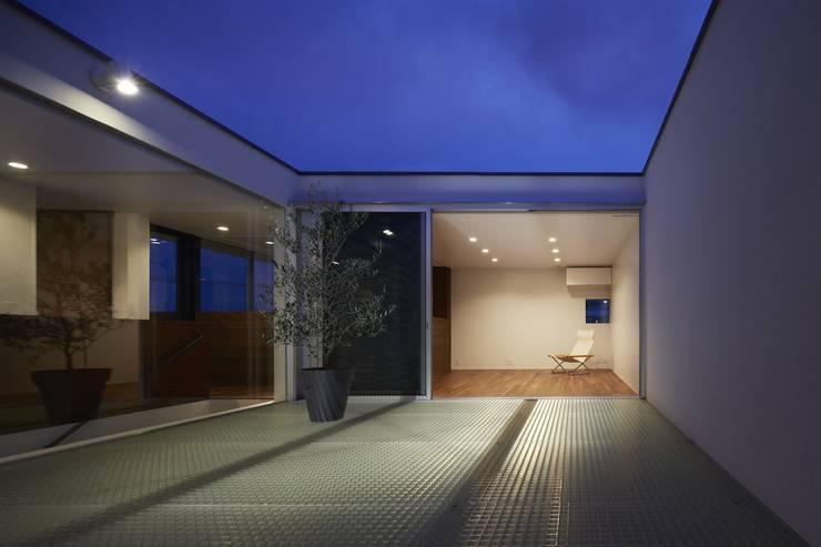 AY 庭とパティオのある家: 山縣洋建築設計事務所が手掛けたテラス・ベランダです。