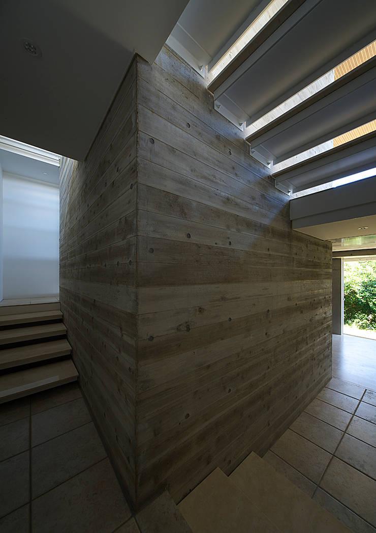 段床の家/葉山K邸 (Dansho -no IE ): Archiplus Architectural Design Office / ㈱アーキプラス一級建築士事務所が手掛けた廊下 & 玄関です。