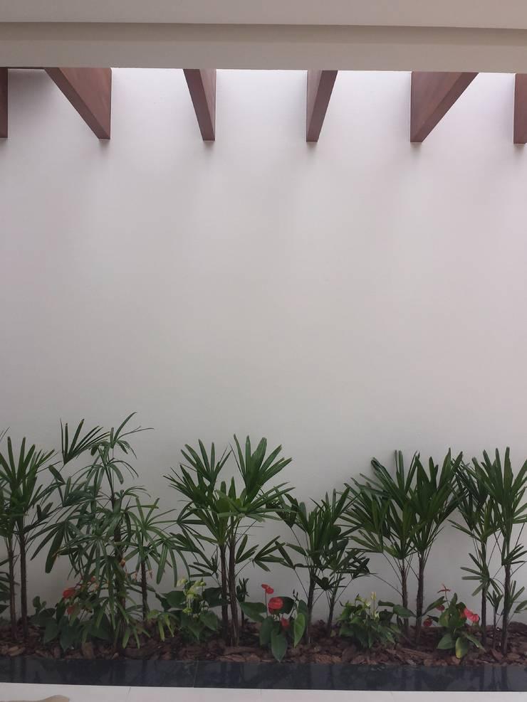 庭院 by Celina Molinari Arquitetura e Interiores,
