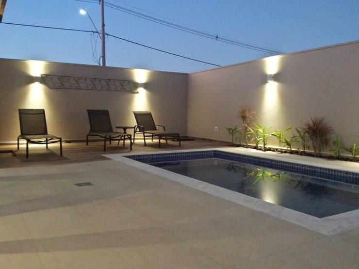 泳池 by Celina Molinari Arquitetura e Interiores,