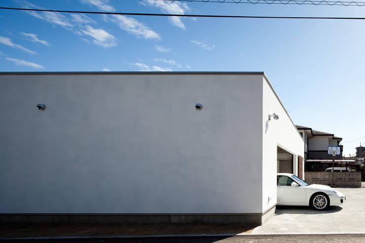 側面外観: 堺武治建築事務所が手掛けたガレージです。