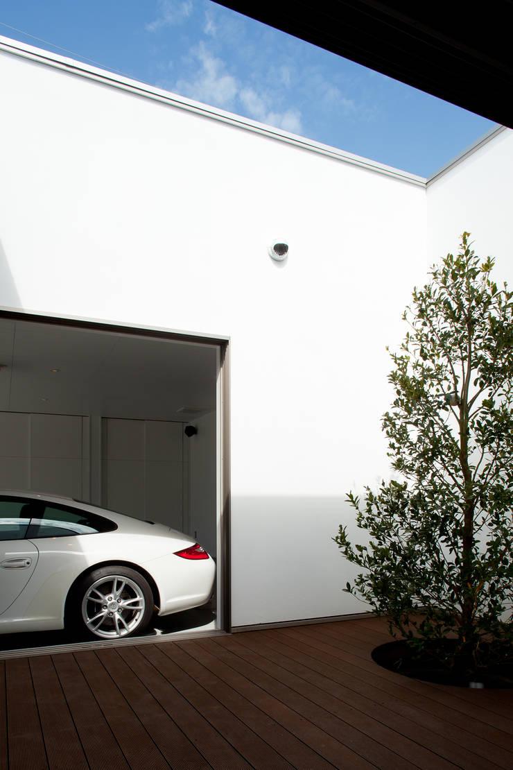 光庭よりガレージを見る: 堺武治建築事務所が手掛けたガレージです。