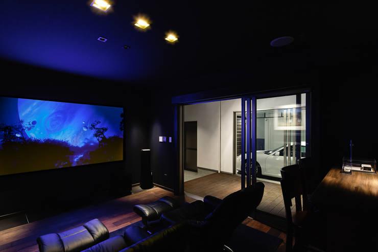 ホームシアターより光庭を見るー夜: 堺武治建築事務所が手掛けた和室です。