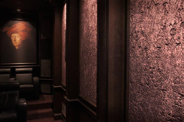 Cinema Renaissance: styl , w kategorii Pokój multimedialny zaprojektowany przez SAFRANOW,Klasyczny