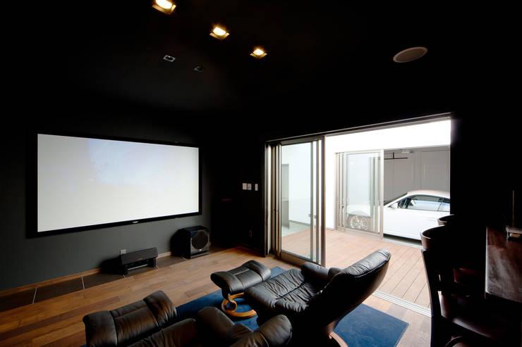 ホームシアターより光庭を見るー昼: 堺武治建築事務所が手掛けた和室です。