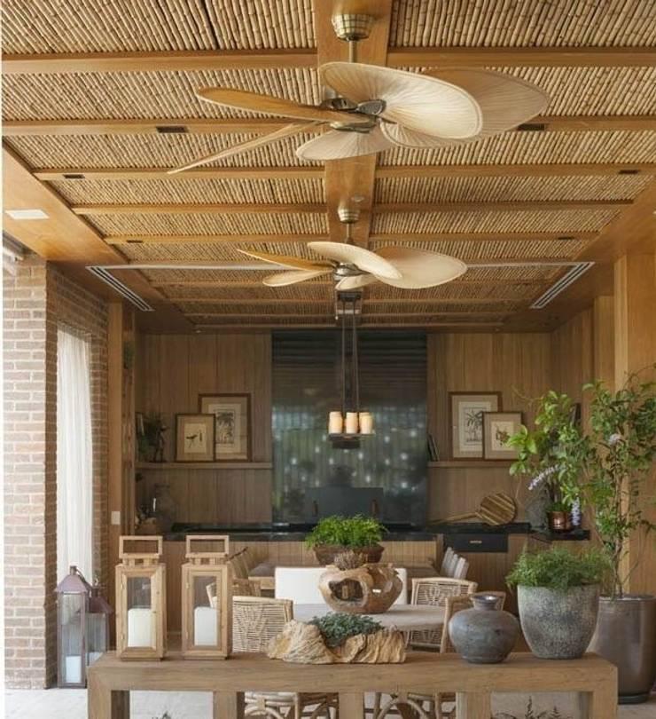 CASA BRUNO Windpointe ventilador de techo latón antiguo, aspas ISP1 de palmera natural: Terrazas de estilo  de Casa Bruno American Home Decor
