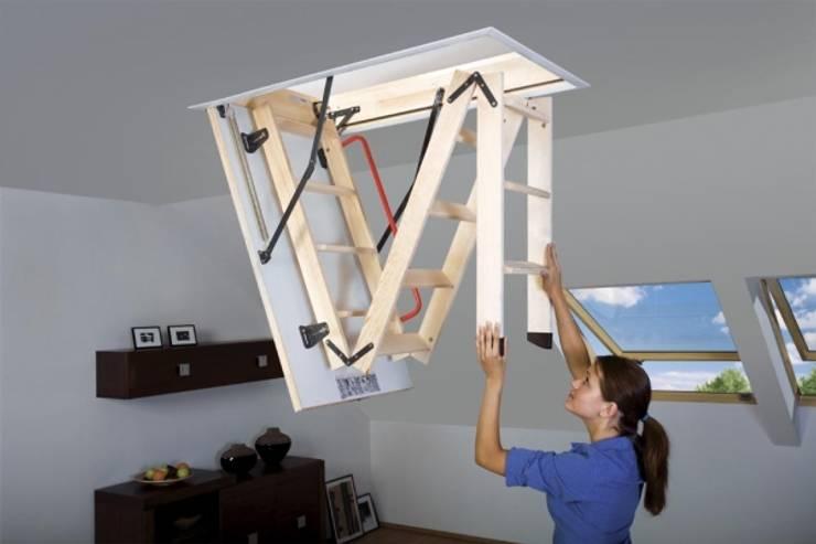 Fakro Pivot Çatı Pencereleri – Ahşap katlanır çatı merdivenleri:  tarz Ev İçi
