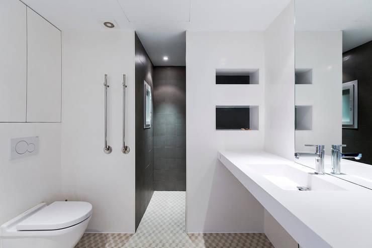 ÁTICO LOFT TK: Baños de estilo  de RM arquitectura