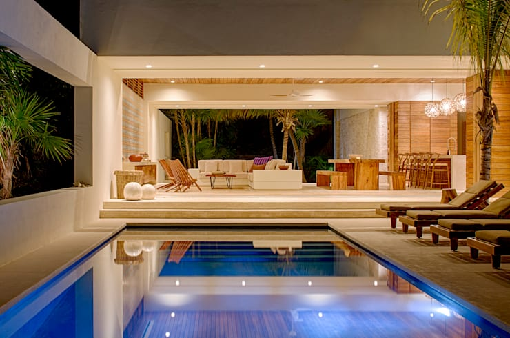 Piscinas de estilo tropical de Specht Architects