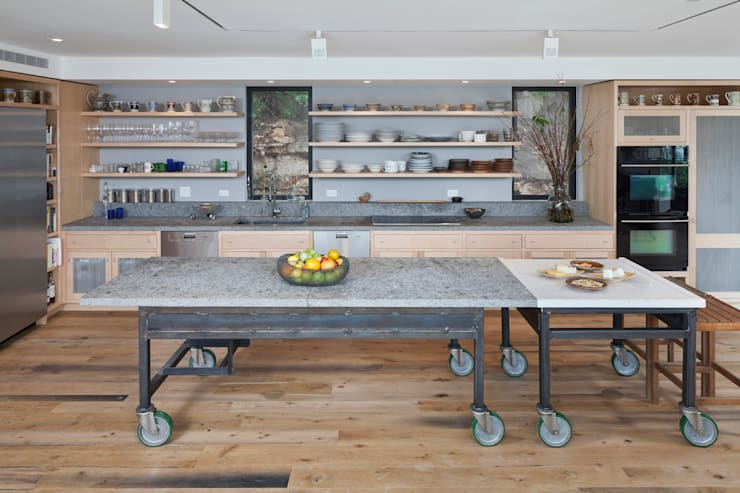 Cliff Dwelling:  Kitchen by Specht Architects