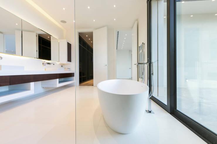 CASA SV II: Baños de estilo  de RM arquitectura