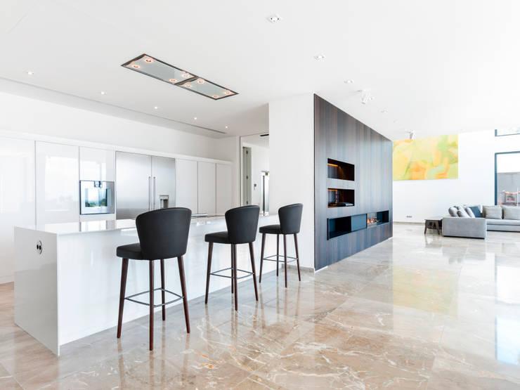 CASA SV II: Cocinas de estilo minimalista de RM arquitectura
