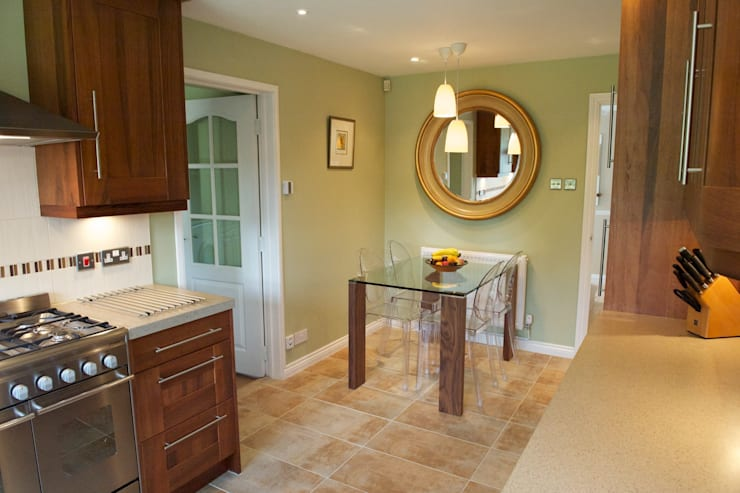 Dining area in the kitchen:  Kitchen by Chameleon Designs Interiors