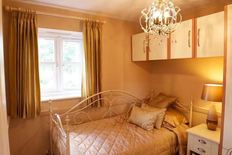 Teenage daughters bedroom:  Nursery/kid's room by Chameleon Designs Interiors