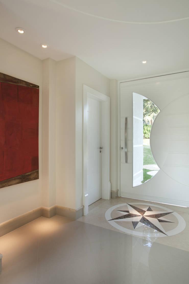 Casa Refúgio da Mata: Corredores e halls de entrada  por Arquiteto Aquiles Nícolas Kílaris,