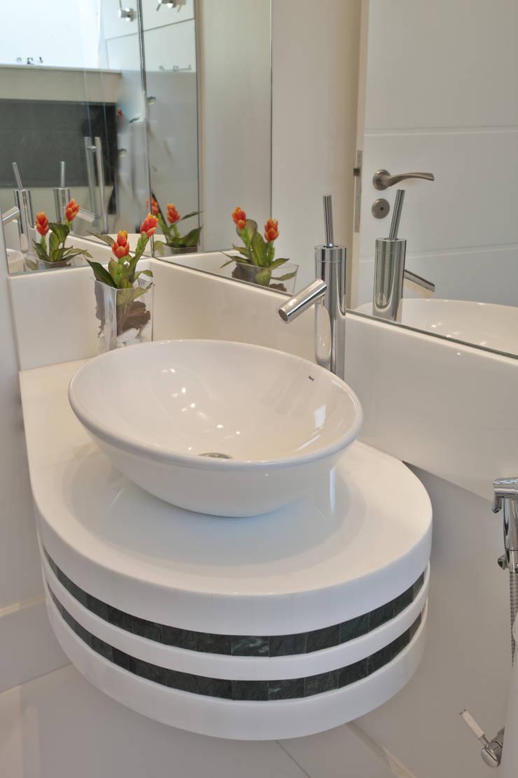 Casa Refúgio da Mata: Banheiros  por Arquiteto Aquiles Nícolas Kílaris,