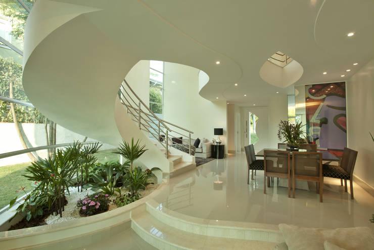 Salas de estar  por Arquiteto Aquiles Nícolas Kílaris