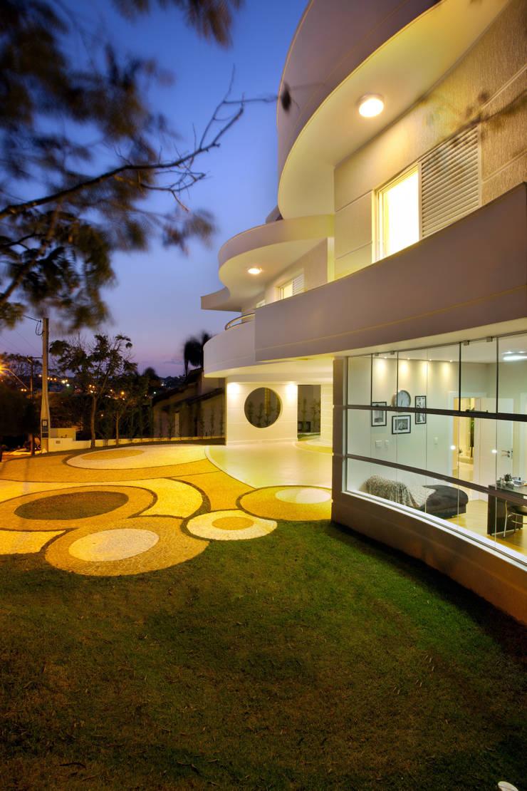 Casa Refúgio da Mata: Casas  por Arquiteto Aquiles Nícolas Kílaris,