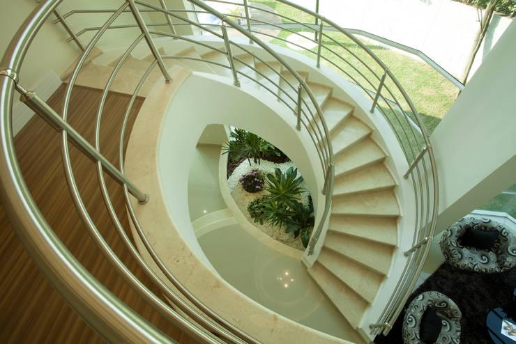 Corredores e halls de entrada  por Arquiteto Aquiles Nícolas Kílaris