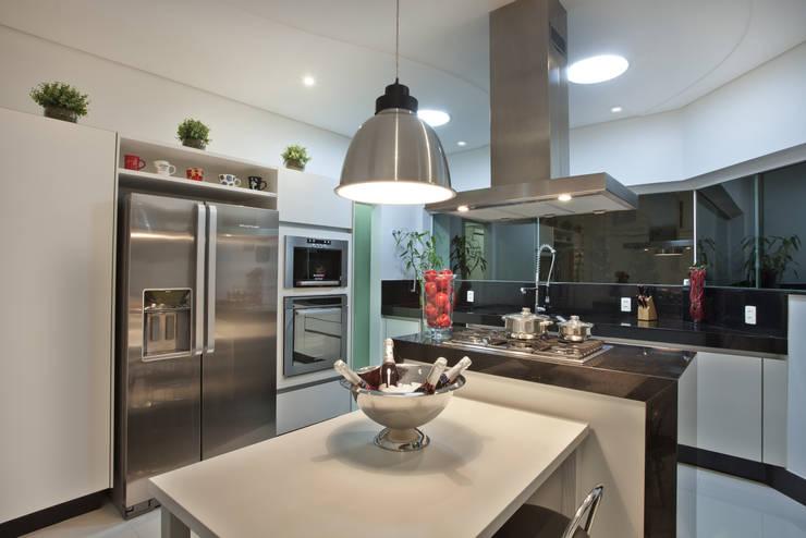 Casa Refúgio da Mata: Cozinhas modernas por Arquiteto Aquiles Nícolas Kílaris