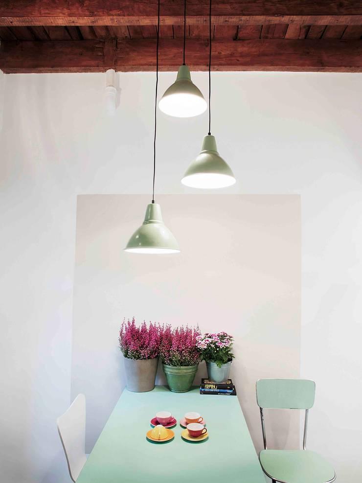zona pranzo: Sala da pranzo in stile  di marta novarini architetto