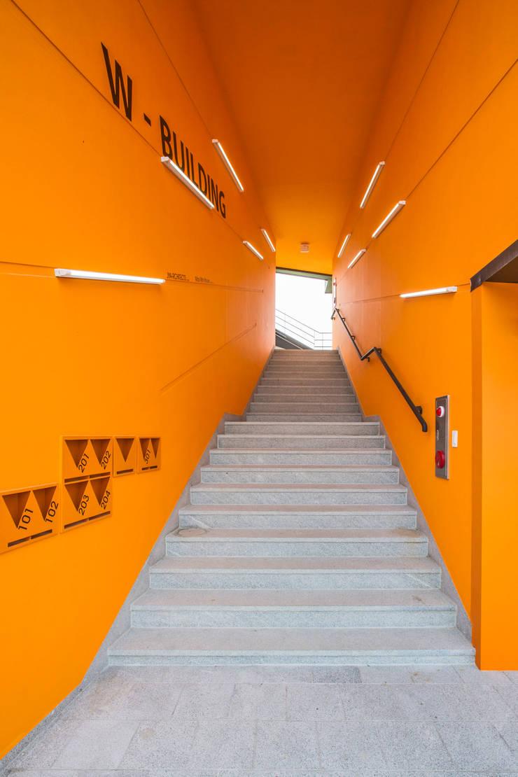 덕산 W-Building: JYA-RCHITECTS의  복도 & 현관,모던