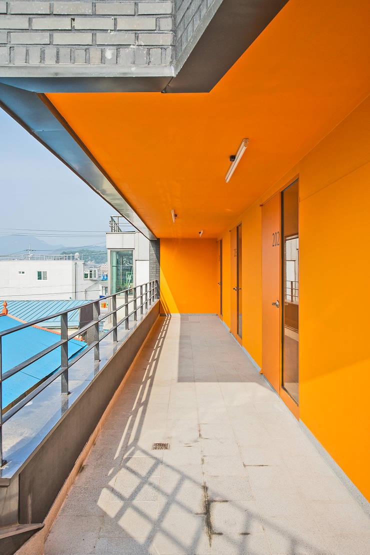 덕산 W-Building: JYA-RCHITECTS의  베란다,모던