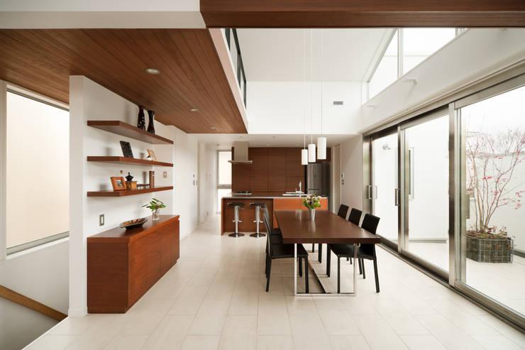 ダイニングは家の中心的存在: 伊藤一郎建築設計事務所が手掛けたダイニングです。