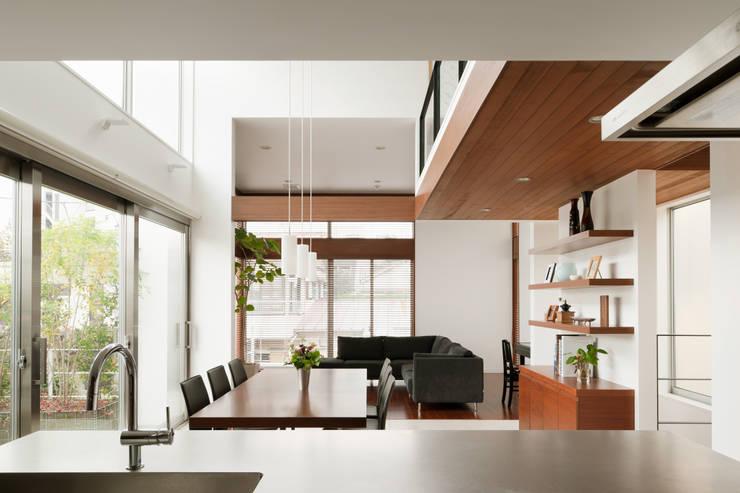 キッチンからダイニングを見る: 伊藤一郎建築設計事務所が手掛けたダイニングです。