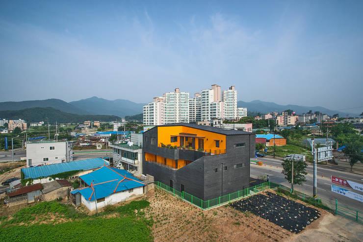 덕산 W-Building: JYA-RCHITECTS의  주택