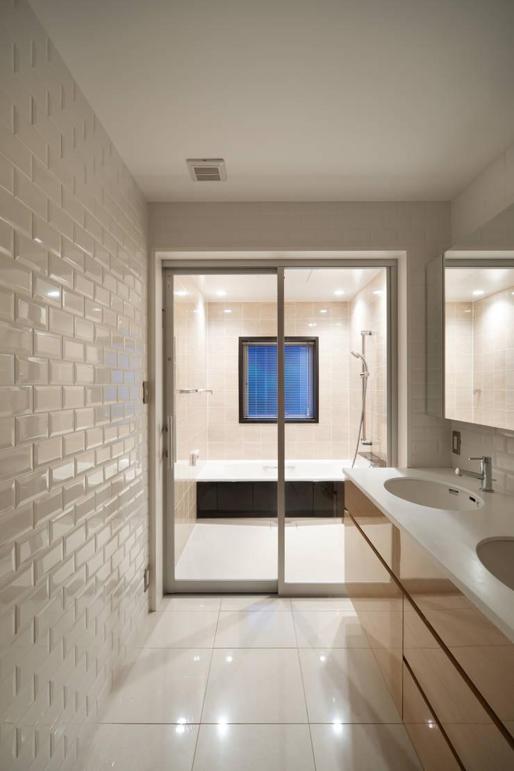 洗面室・浴室: 伊藤一郎建築設計事務所が手掛けた浴室です。
