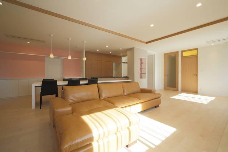 LDK全景: 伊藤一郎建築設計事務所が手掛けたリビングです。