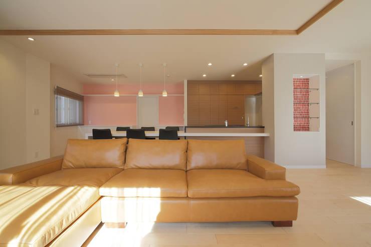 リビング越ごしのダイニング・キッチン: 伊藤一郎建築設計事務所が手掛けたリビングです。