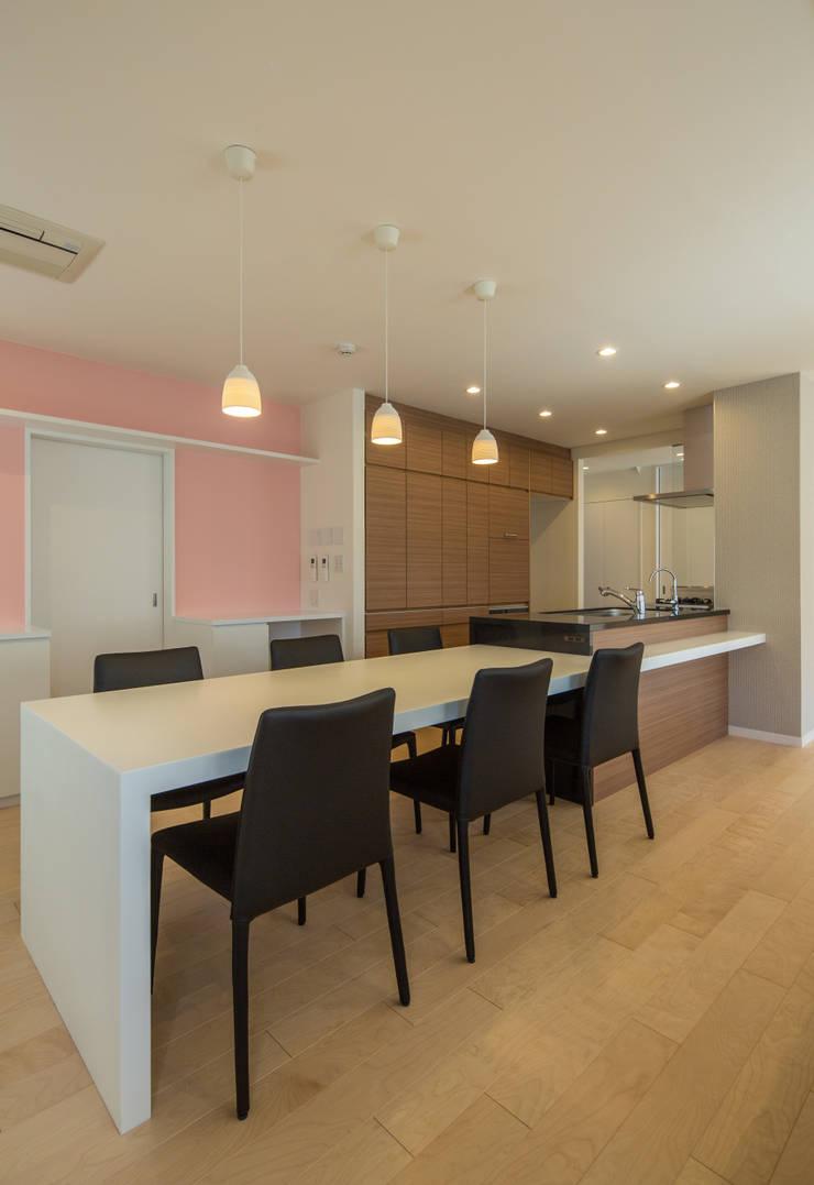 キッチンと一体型のダイニング: 伊藤一郎建築設計事務所が手掛けたダイニングです。