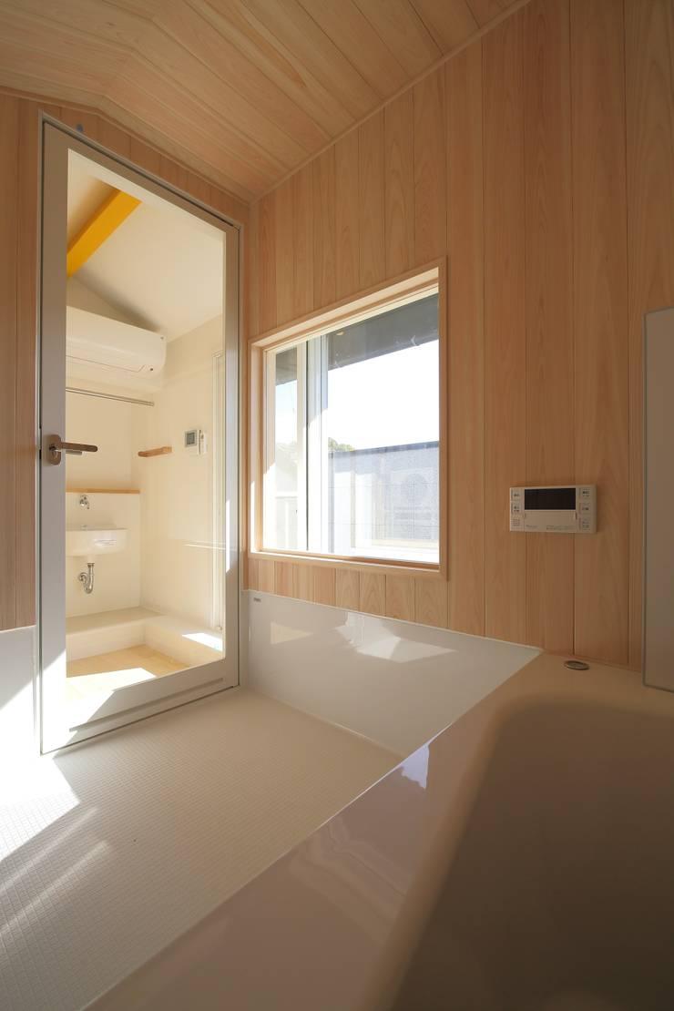 屋根裏部屋に設けた浴室: 伊藤一郎建築設計事務所が手掛けた浴室です。
