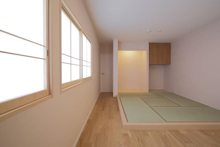 寝室のたたみコーナー: 伊藤一郎建築設計事務所が手掛けた和室です。
