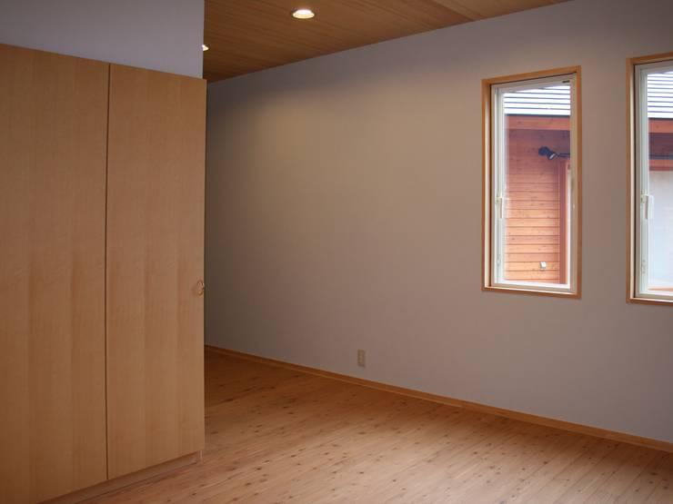 寝室: 川田稔設計室一級建築士事務所が手掛けた寝室です。