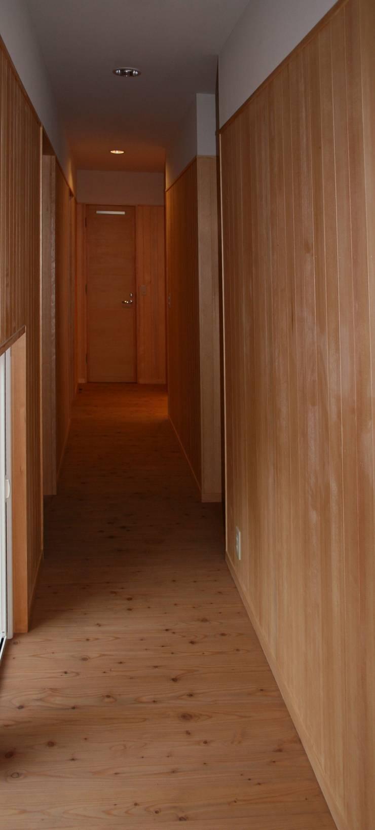 廊下: 川田稔設計室一級建築士事務所が手掛けた壁です。