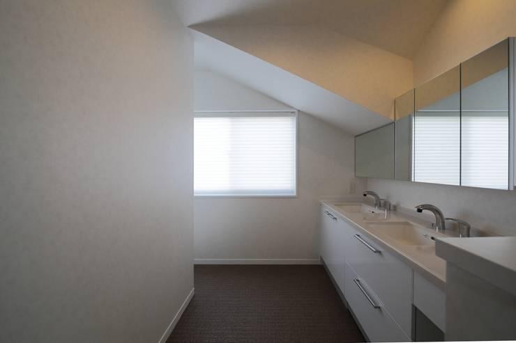 北向き窓により明るい洗面室: 伊藤一郎建築設計事務所が手掛けた浴室です。