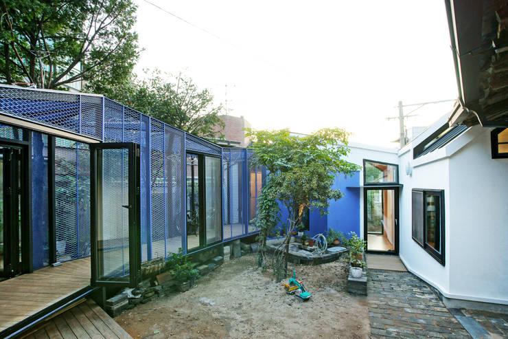Buam-dong House: JYA-RCHITECTS의  정원,한옥