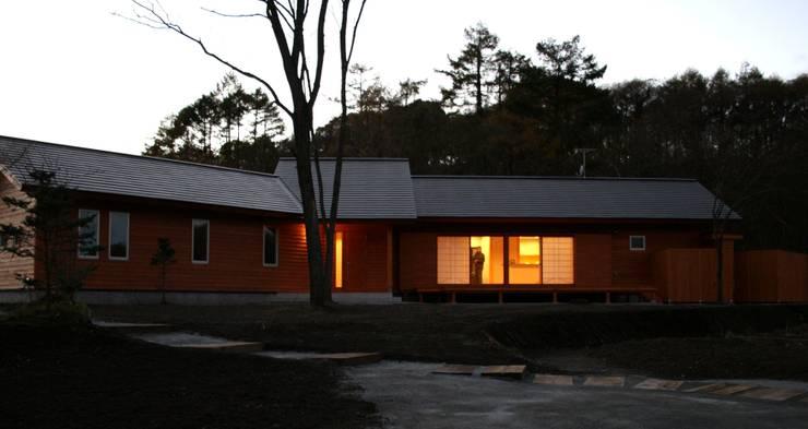 夕景: 川田稔設計室一級建築士事務所が手掛けた家です。