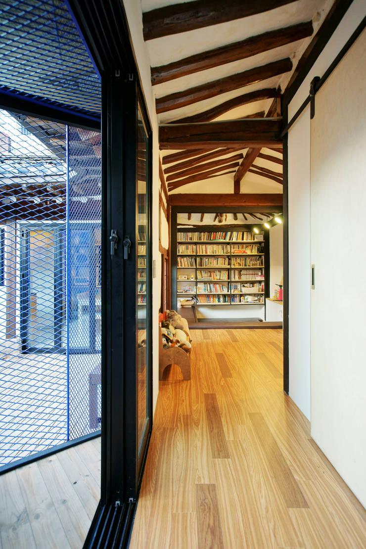 Buam-dong House: JYA-RCHITECTS의  거실,한옥