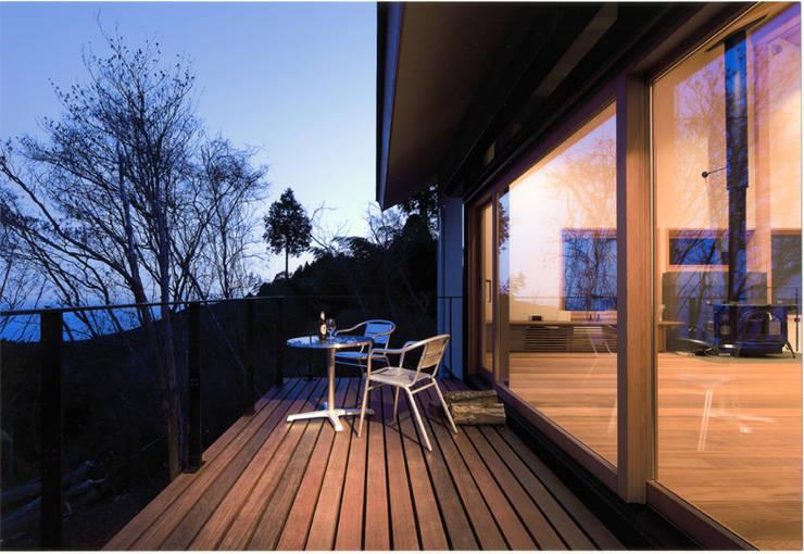 DOVE VAI ー天城高原の別荘ー: 松井建築研究所が手掛けたテラス・ベランダです。