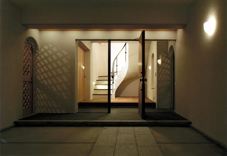 DOVE VAI ー天城高原の別荘ー: 松井建築研究所が手掛けた廊下 & 玄関です。