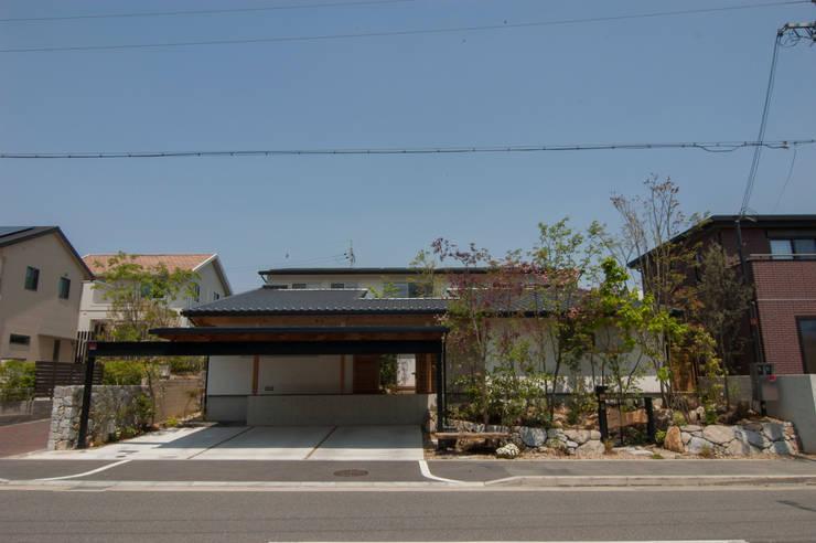 ファサード: Garden design office萬葉が手掛けた庭です。