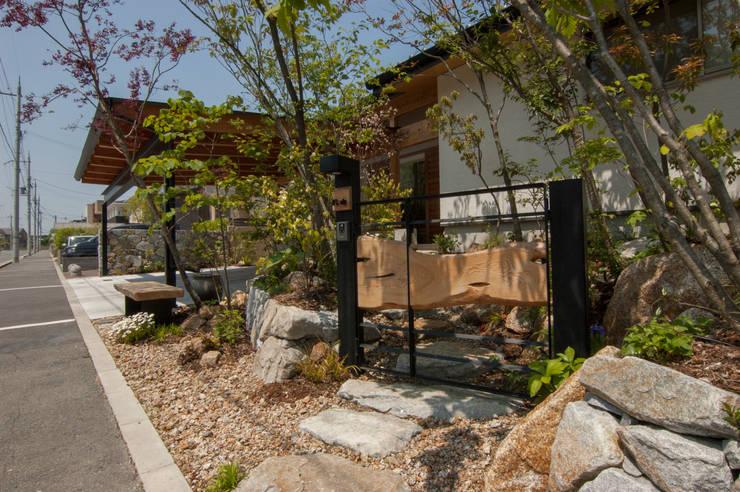 来賓門: Garden design office萬葉が手掛けた庭です。