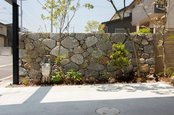 庵治石積み: Garden design office萬葉が手掛けた庭です。