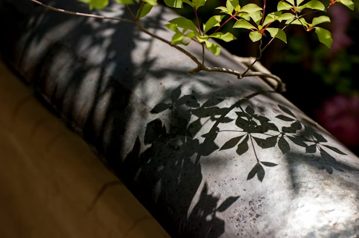 真鍮屋根: Garden design office萬葉が手掛けた庭です。